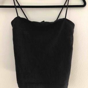 Croppat svart linne från Gina Tricot. Tajt passform men tyget är stretchigt. I princip nyskick.   Betalning via swish, köparen står för sin frakt :)