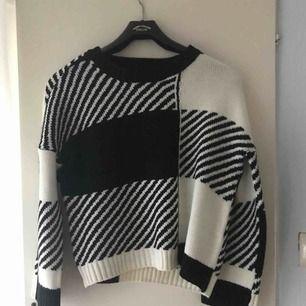 En sjukt cool stickad tröja ifrån Only, beställde hem den för 2 månader sen och aldrig använt den så hoppas någon annan vill ha den! Jag står för frakten och tar emot swisch!💙