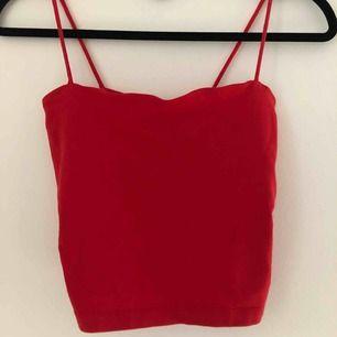 Croppat rött linne från Gina Tricot. Tajt passform men tyget är stretchigt. I princip nyskick.   Betalning via swish, köparen står för sin frakt :)