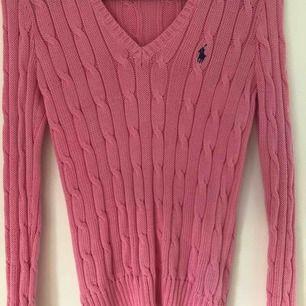 Rosa kabelstickad tröja från polo ralph lauren. Inköpt på johnells för 1200kr. Säljer då det aldrig kom till användning, den är i i nyskick.   Betalning via swish, köparen står för sin frakt :)