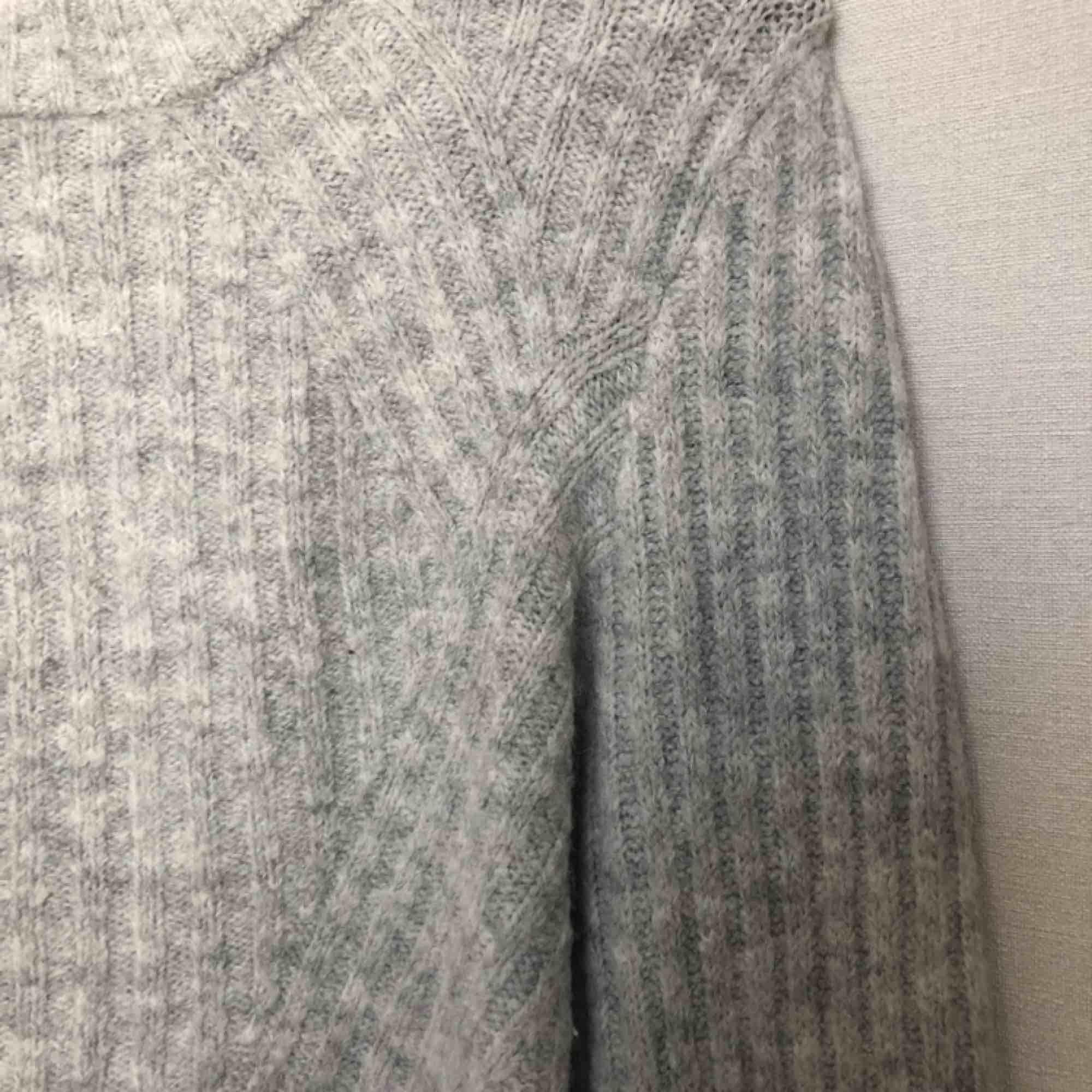 Grå stickad tröja från H&M i jättebra skick.. Stickat.