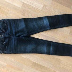 Snygga mörkblå jeans från hollister i storleken 24W. Nytt skick.