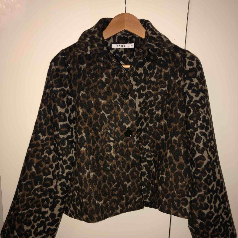 Säljer denna super fina leopard jackan från nakd som tyvärr var lite för stor för mig... saknar knappen längst ner!☺️ annars super fint skick💕 skriv för fler bilder. Jackor.