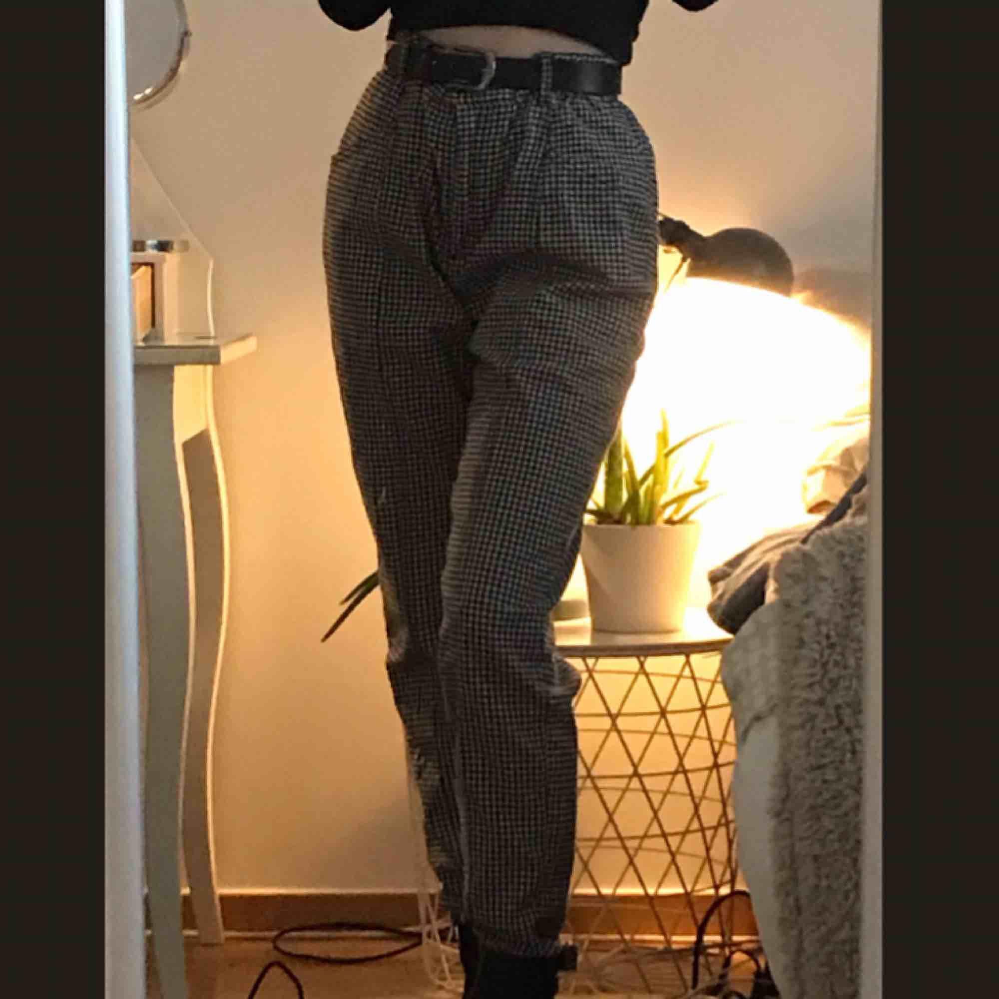 Nästan helt oanvända svart-vit rutiga byxor från Urban Outfitters! Lösa i passformen. Möts ENDAST upp i stockholms innerstad, fraktar ej!. Jeans & Byxor.