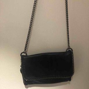 Svart väska med silvrig kedja från Gina Tricot. Använd sällan.