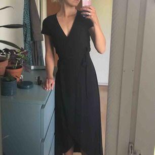 Superfin svart omlottklänning från & Other stories i strlk 36/S. Använd två gånger. Säljer pga inte riktigt min stil. Möts gärna upp om möjligt.