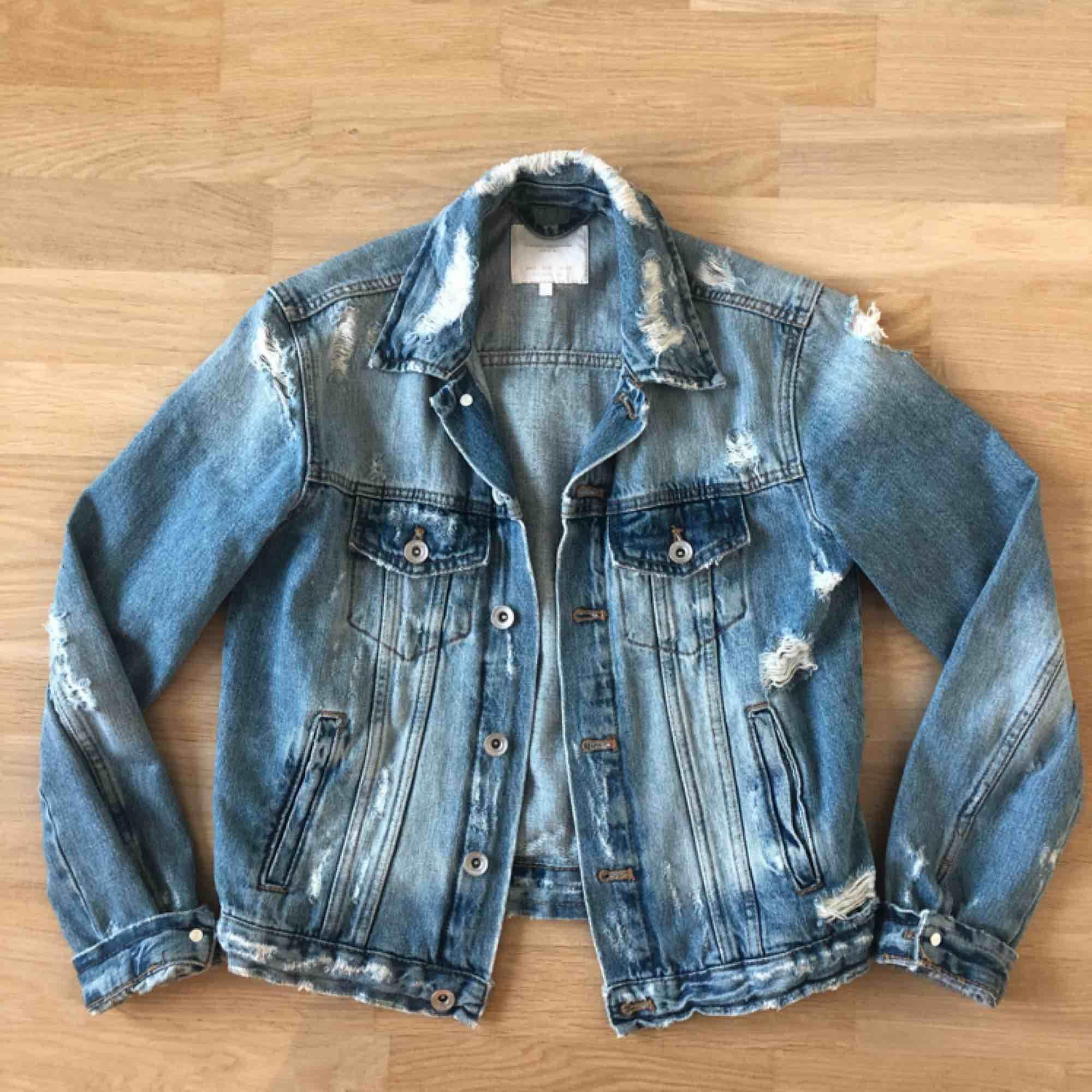 Jeansjacka med slitningar från Zara i storlek S. Fint skick.. Jackor.