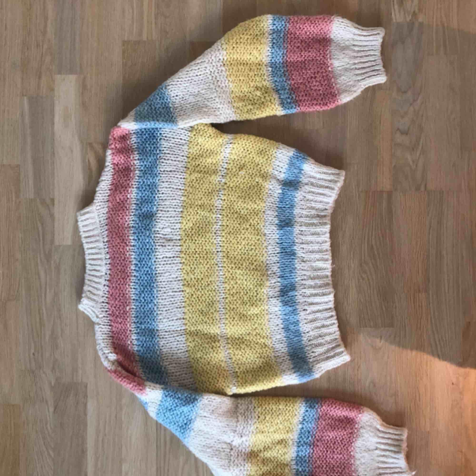 Färgglad stickat tröja från Chiquelle. Fint skick.. Stickat.