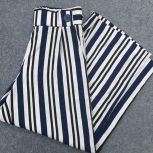Väldigt snygga och sköna flowiga byxor ifrån Zara. Aldrig använda så väldigt fint skick!