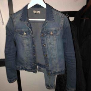 Mörk blå jeansjacka från Kappahl.