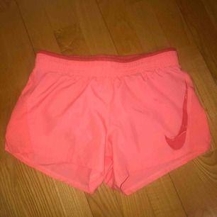 Jättefina gympa-shorts i korallröd färg ungefär :) frakt på 20kr tillkommer