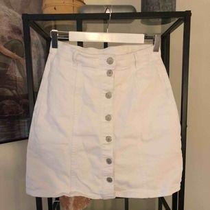 """Vit jeanskjol i storlek 40 och vit halvpolo i storlek M tillsammans med en velvet choker med """"silver""""-smycke 🌿"""