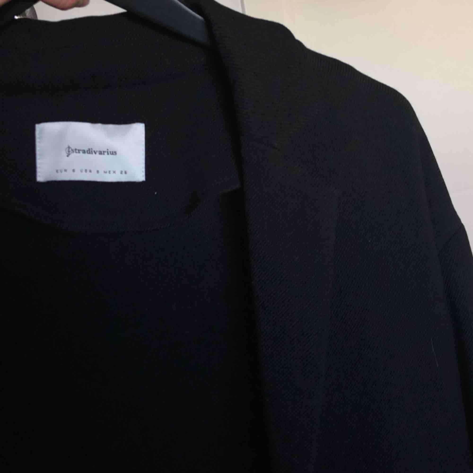 en perfekt vår kappa/rock aldrig använd🦋 säljer pga inte min stil, köpt på zalando frakt ingår💌. Jackor.