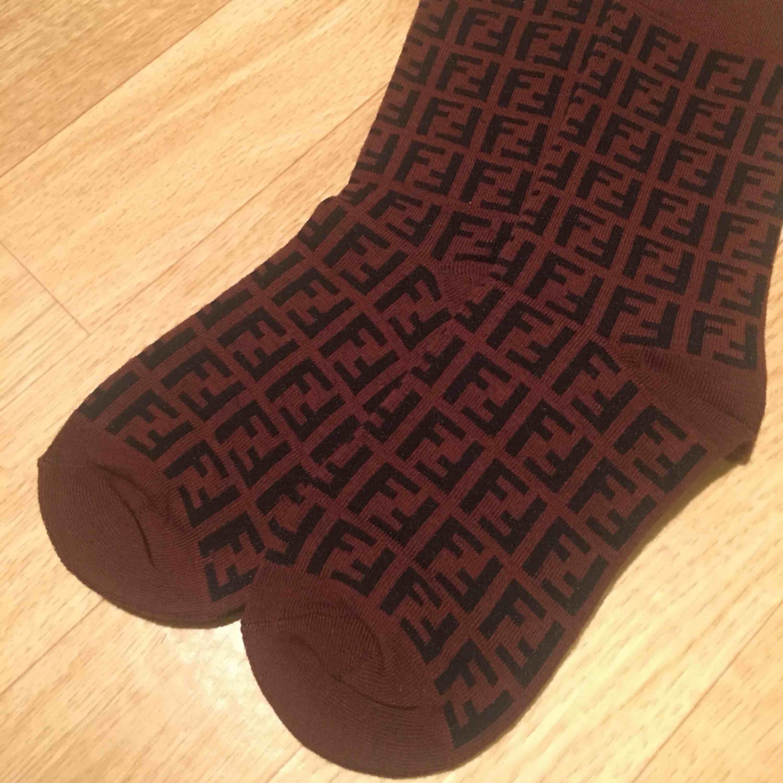 Fendi zucca print strumpor (kopia) säljes! Aldrig kommit till användning så de är fortfarande nyskick! Fri frakt. Övrigt.