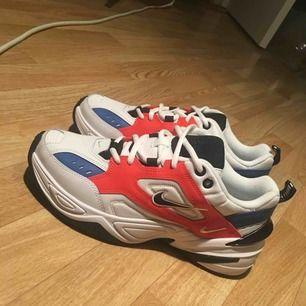 Slutsålda äkta Nike M2K Techno säljes pga ingen användning! Köpte de från zalando men aldrig haft på mig de! spårbar frakt på 63kr tillkommer!