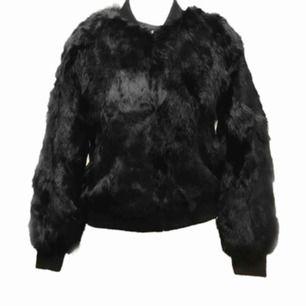 En päls jacka från hollie svart Original pris 2998kr pris kan diskuteras
