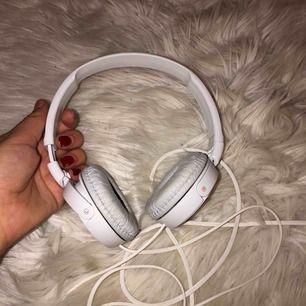 Relativt nya hörlurar med bra ljud ifrån Sony i mycket fint skick. Ordinarie pris 399 kr