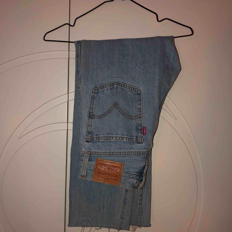 """""""Wedgie straight"""" jeans från levi's. Super snygga men har inte fått användning av de. Storlek: W25 L28. Köparen står för frakt, 79kr 🥰 obs!! sömmen är avklippt i benslutet (se sista bild)  . Jeans & Byxor."""