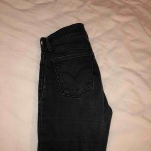 Säljer svarta levis jeans i modell 710 med medel midja. 🌺använda ganska flitigt, tappat lite färg därav priset. 💋normal storlek 💥JAG STÅR FÖR FRAKTEN, alltså inga extra kostnader !!!💥