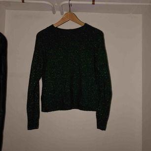 Säljer en mörkgrön glittrig stickad tröja  🌺Ganska flitigt använd, pris går att diskutera 💋normal i storleken, även stretchig  💥JAG STÅR FÖR FRAKTEN, alltså inga extra kostnader !!!💥