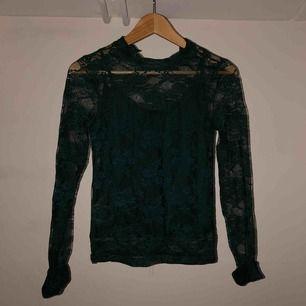 Säljer en mörkgrön spetströja med inbyggt linne.   🌺Inte speciellt använd, dock va ens linne bandet av när jag köpte tröjan.  💋normal storlek 💥JAG STÅR FÖR FRAKTEN, alltså inga extra kostnader !!!💥
