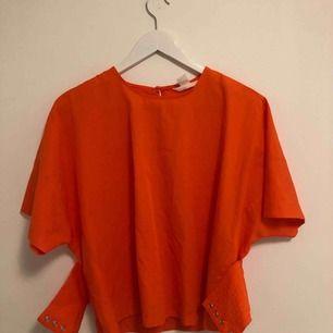 Korsett tröja från H&M. Så himla fiiiin ! I ett super bra skick då den aldrig använts, man får med ett svart band men de går super bra att byta. Önskas fler bilder, kontakta mig❤️ köparen betalar 50 kr+frakten☺️