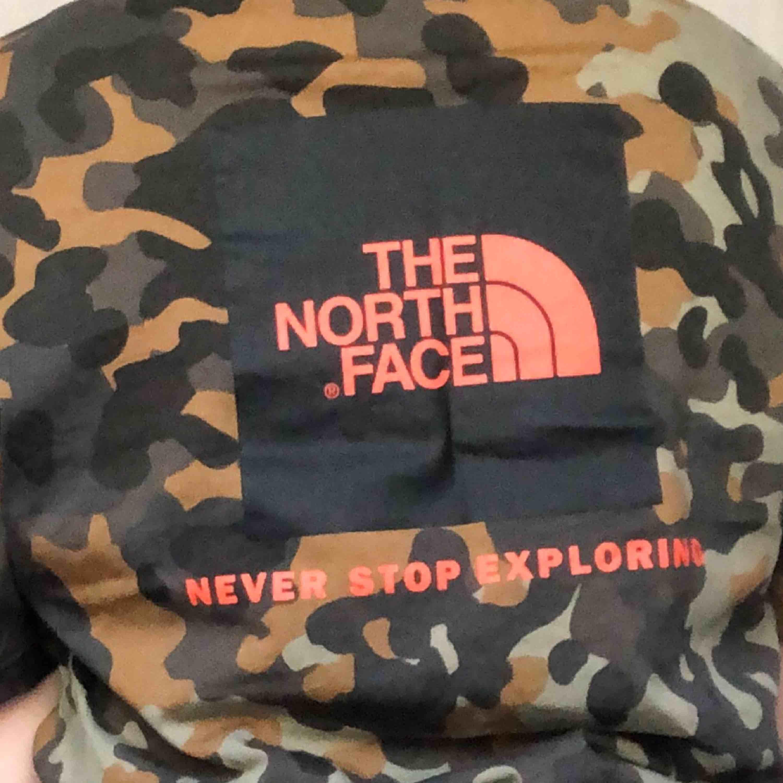 Trevlig camo print the north face t-shirt. Ganska over size men som sagt jag e kort så den är lite extra over size på mig . Frakt tillkommer man kan också mötas i Stockholmsområdet . T-shirts.