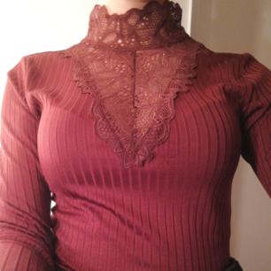 Säljer min mammas vinröda tröja från vera moda, använd endast gång, väldigt bekväm och stretchig🌟