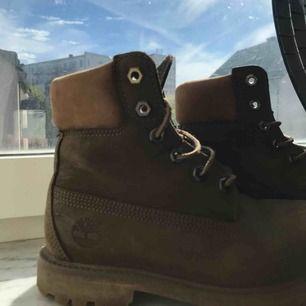 Timberland skor i storlek 37, använda men bra skick förutom de man ser på bilden då! Dock går de nog att olja in eller så för att förbättra! Super bra pris då de kosta nära 2000kr!!