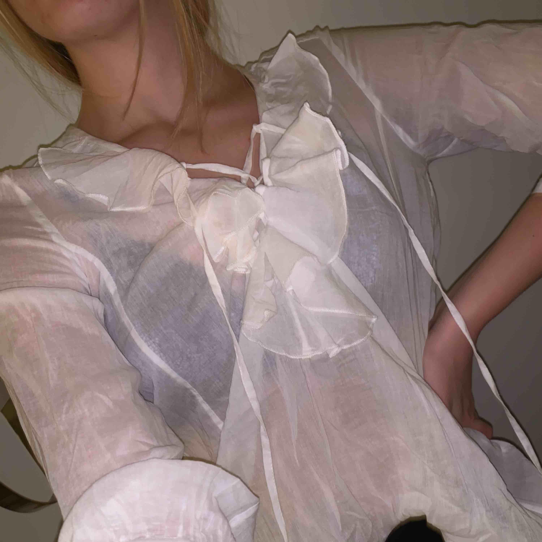 Super fin blus i linne med knyt detaljer. Jätte skön material. . Blusar.