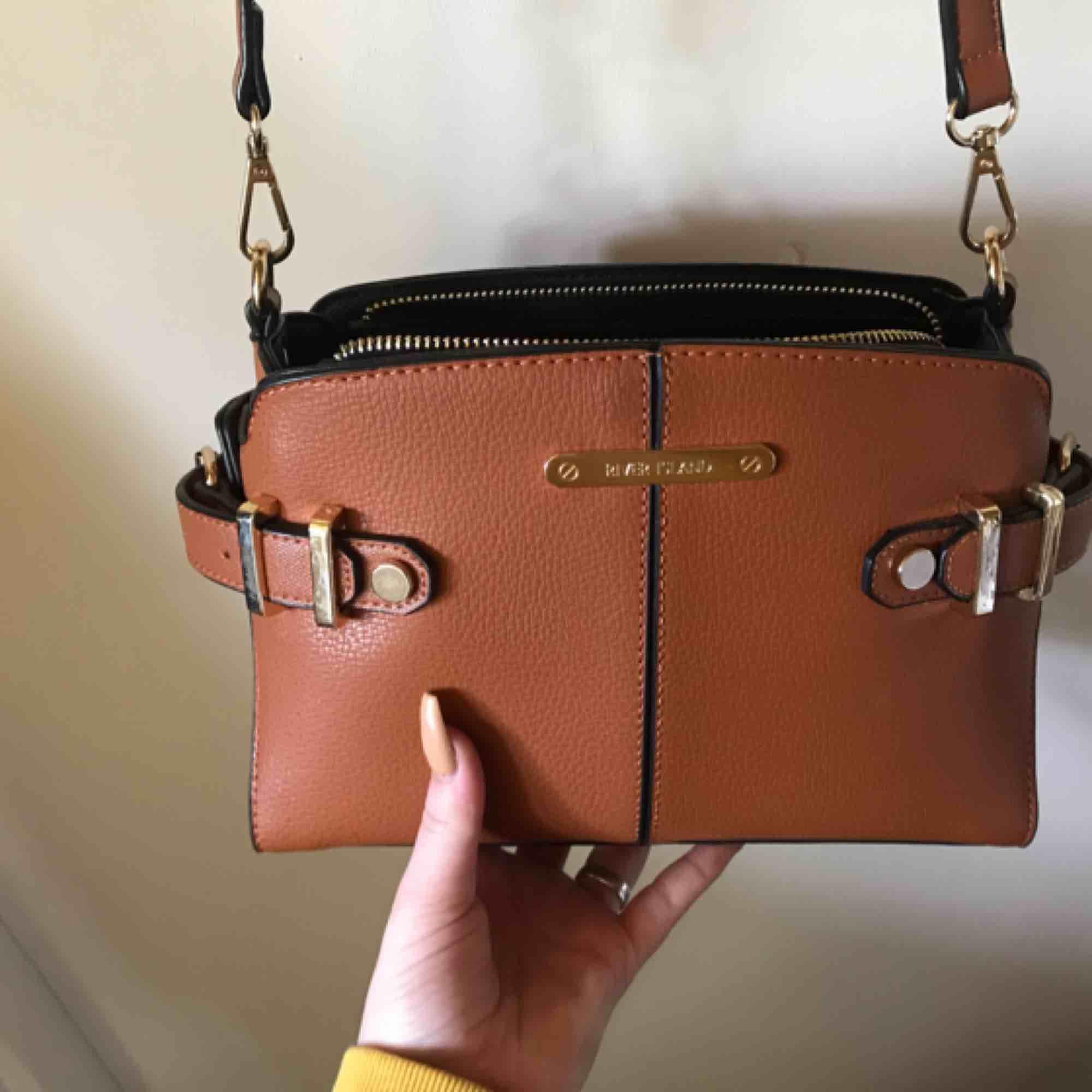 Säljer min jätte snygga väska från River island som är köpt förra året och använd fåtal gånger, köpt för 500 och säljer för 200! Obs!!! Köparen står för frakten! . Väskor.