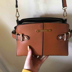 Säljer min jätte snygga väska från River island som är köpt förra året och använd fåtal gånger, köpt för 500 och säljer för 200! Obs!!! Köparen står för frakten!