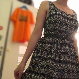 En kort, svartvit klänning men fina mönster. Bara använt en gång. (Bältet ingår inte)