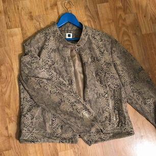 En väldigt tung och stilig jacka, har aldrig använt eftersom den är för stor för mig :(! Från märket Jensen. Extra knappar är fortfarande kvar på jackan! Priset kan diskuteras.