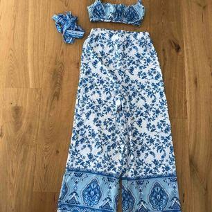 Byxa, topp och bälte i sammanhängande material och färg. Aldrig använt! Stretch i både byxor och topp vilket gör att dressen passar de flesta. Jättefin och perfekt till sommaren. Säljer pga flytt.