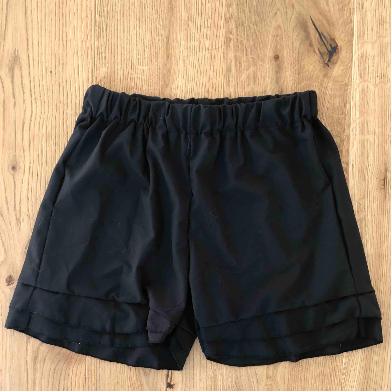Shorts och topp. Köpta separat men går att använda tillsammans. Samma material och svarta färg. Toppen är knyte och jättefin men för stor för mig. Passar M-XL. Säljer allt pga flytt. Shortsen passar XS-M. Aldrig använt! . Shorts.