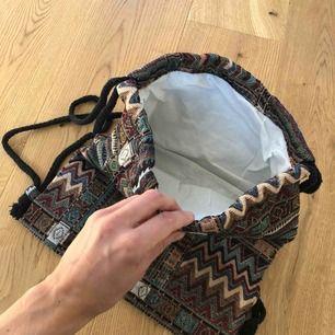 Vintage ryggsäck i boho style. Aldrig använd. Rymlig och rejäl. Säljer pga flytt! Aldrig använd.