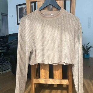 Mysig croptop i sweater material! Säljs tyvärr för att jag inte har använt den på sååå länge. Köptes i Usa på en butik aom heter Pacsun