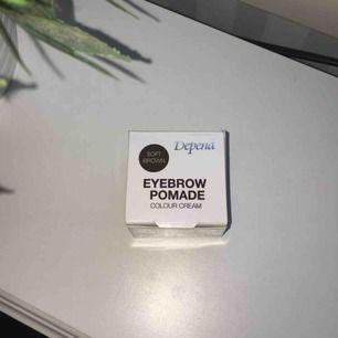 Helt ny och ligger kvar i förpackningen. Använder sällan smink till ögonbrynen så säljer därför denna. Orginal pris är 150:- säljer den för 80:-