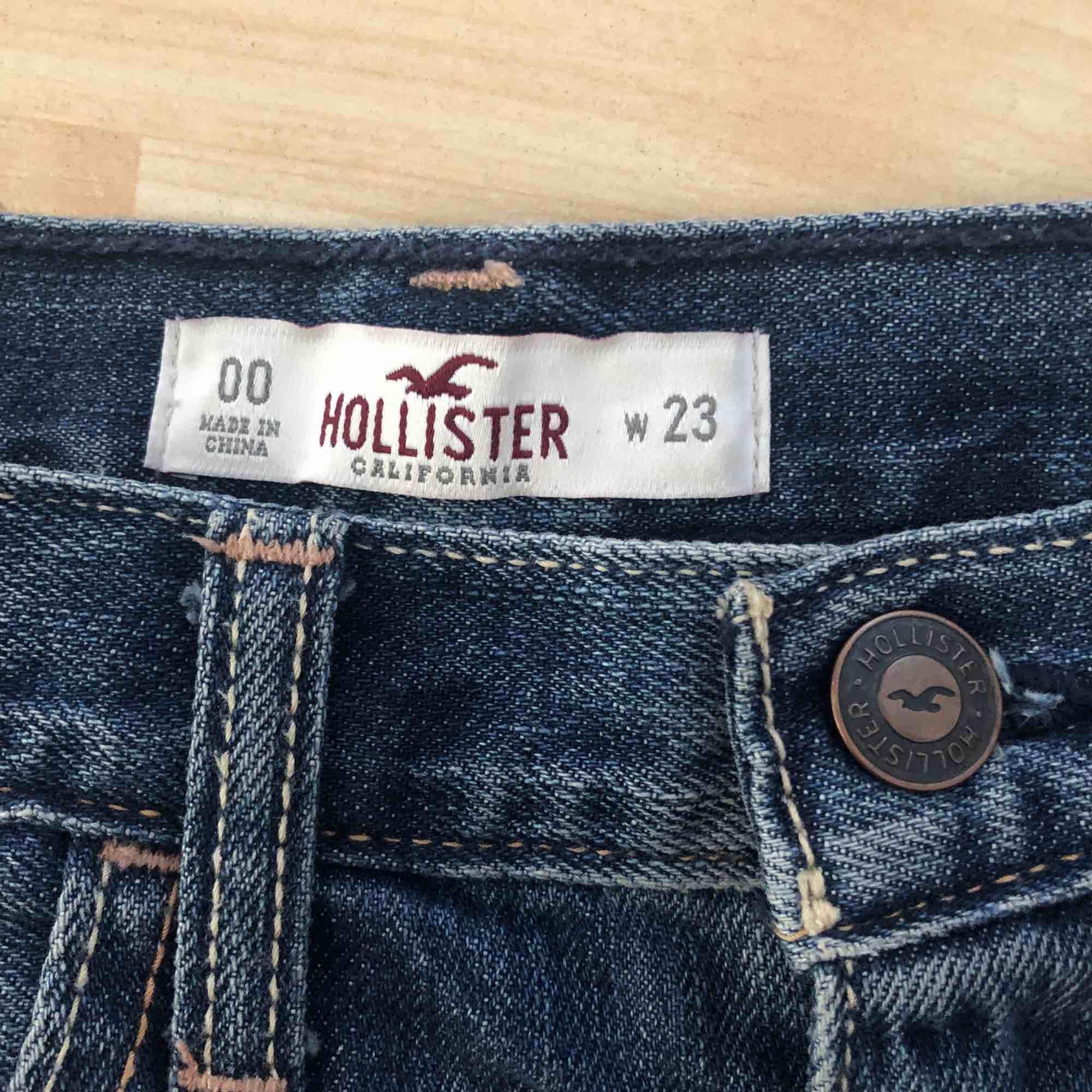 Hollister shorts i bra skick. Säljer pga av att det blivit för små. Kan mötas upp i Stockholm, annars tillkommer frakt!. Shorts.