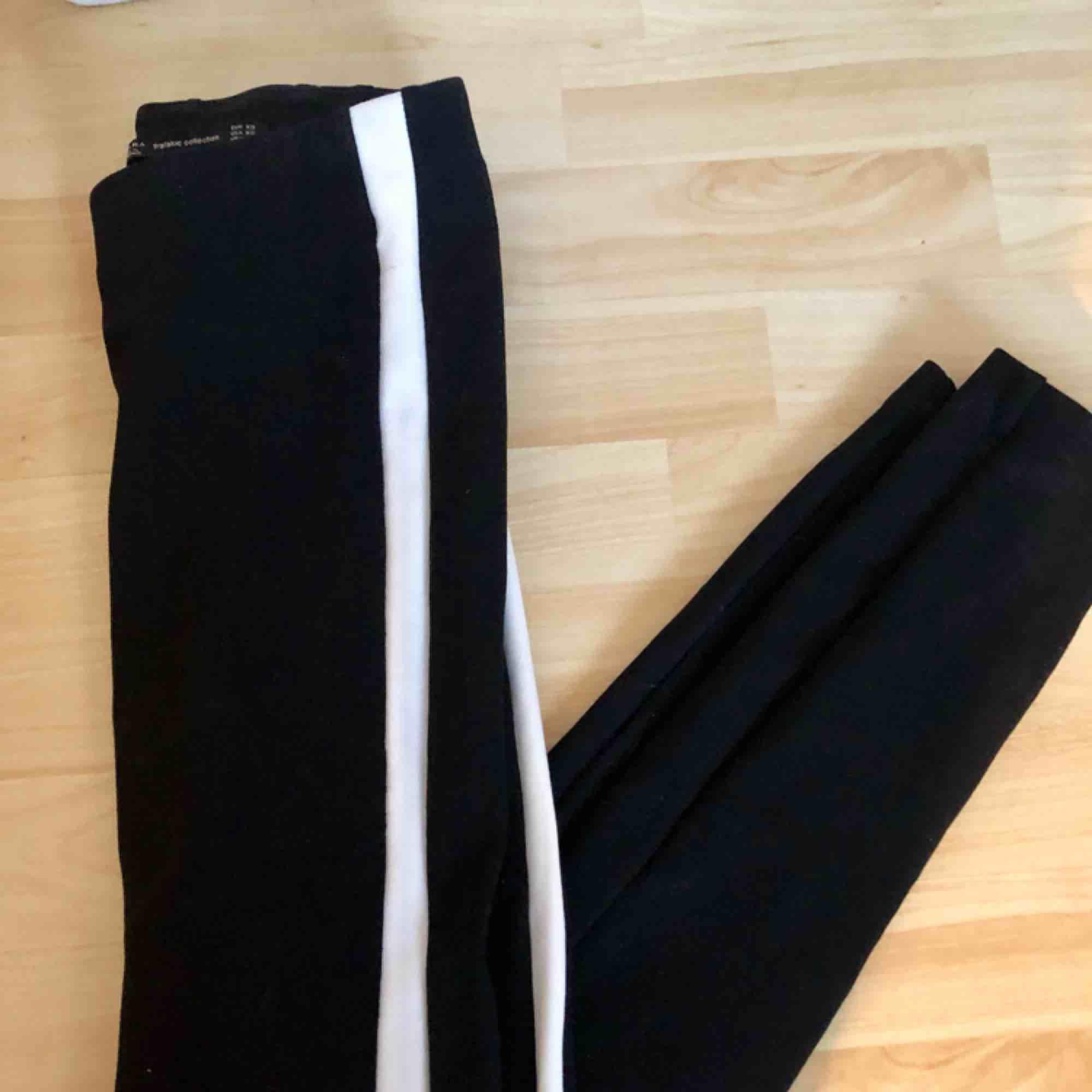 Ett par kostymbyxor liknande tajts från Zara. Vita ränder på sidorna. Kan mötas upp i Stockholm annars tillkommer frakt!. Jeans & Byxor.