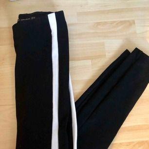 Ett par kostymbyxor liknande tajts från Zara. Vita ränder på sidorna. Kan mötas upp i Stockholm annars tillkommer frakt!