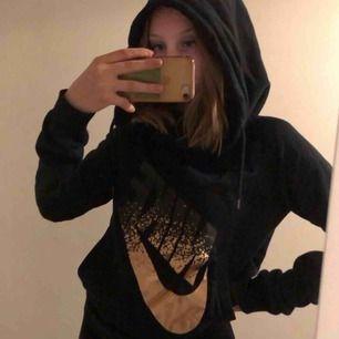 En hoodie från Nike med stor luva. Storlek XS men stor i storleken. Väldigt mysig och i bra skick. Kan mötas upp i Stockholm annars tillkommer frakt!