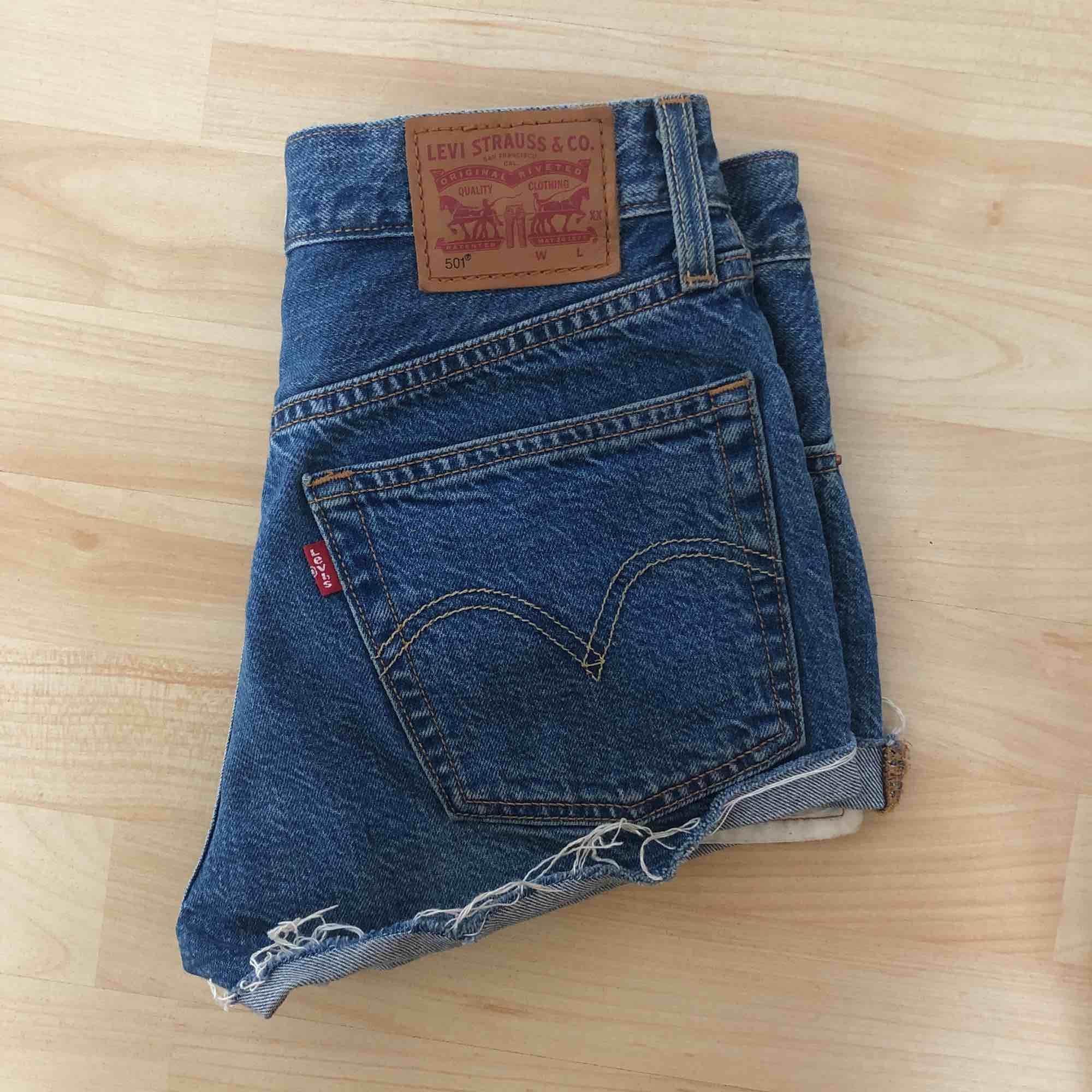Vintage Levis shorts. Sitter snyggt på och är i bra skick. Kan mötas upp i Stockholm annars tillkommer frakt!. Shorts.
