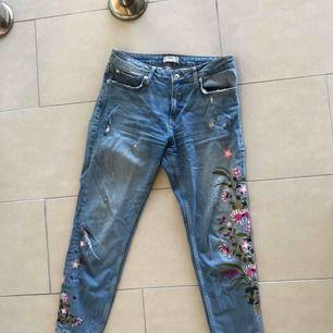 Jeans från Zara med blom broderi. Hög midja. Använda ett fåtal gånger, skick som nya. Frakt ingår!