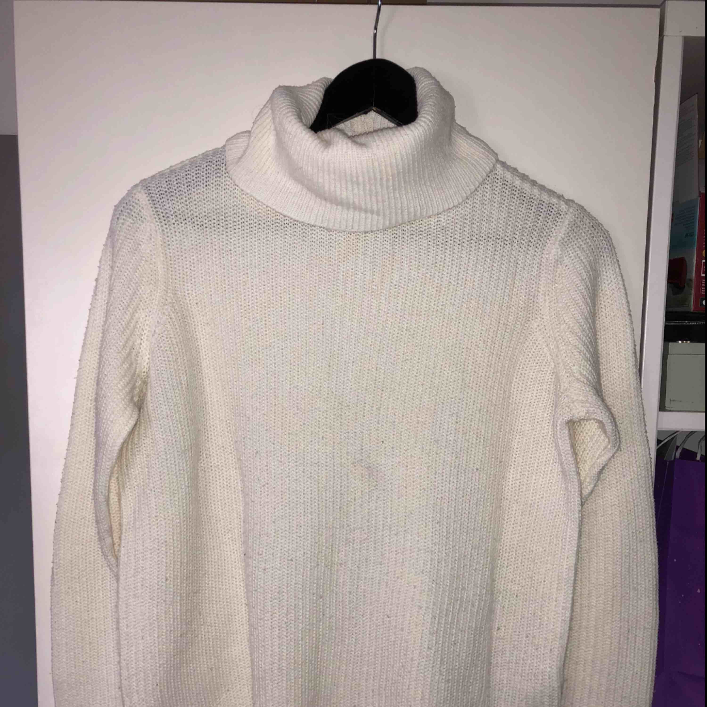 Fin vit stickad polotröja från vero Moda. Lite nopprig men det går lätt att fixa 🌸 . Stickat.