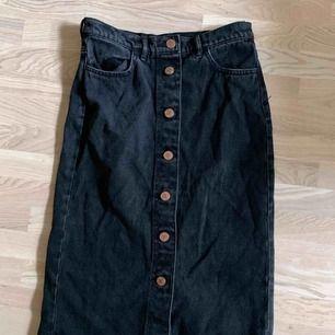 Svart jeanskjol från Monki, storlek 36. Möts upp på söder 🌞