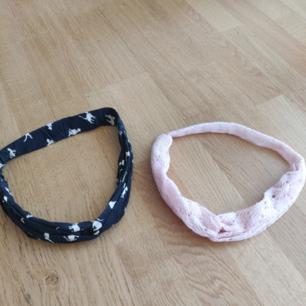 Söta hårband köpta i England! Den ena är svart med kattmotiv och den andra är ljusrosa med lite spetsliknande mönster, båda är väldigt bekväma! 40 kr st, 60 för båda. 18 kr frakt ☀️