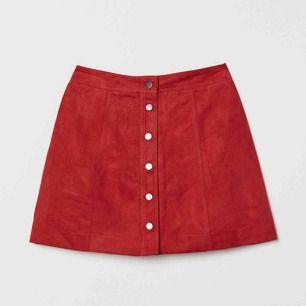 Kort kjol i mockaimitation från H&M. Aldrig använd. Frakt 18kr.