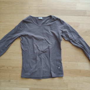 Långärmad tröja från Noa noa! Olivgrön, bild 3 visar färgen bäst. Det står strl L men skulle säga att den snarare är en M. 39 kr frakt! ☀️